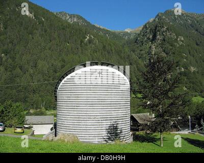 La imagen muestra la iglesia de 'San Giovanni Battista' en Mogno, Suiza, 05 de agosto de 2007. El arquitecto Mario Botta ha diseñado la iglesia moderna en 1996 después de una avalancha destruyó el antiguo. Foto: Rolf Haid