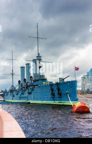 Crucero protegido ruso Aurora, amarrado en San Petersburgo. Foto de stock