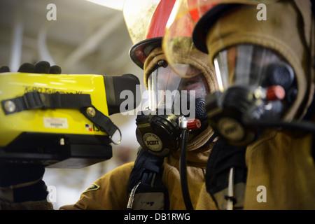 Técnico de Mantenimiento de casco de 3ª clase Timothy Dunkel utiliza una imagen térmica durante un taladro de lucha contra incendios a bordo del buque anfibio un