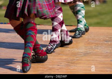 Los niños, los pies, los calcetines, las piernas. Highland escoceses tradicionales bailarines del molinete en la anual Tomintoul highland games y recolección de Escocia, Reino Unido. Julio, 2013.