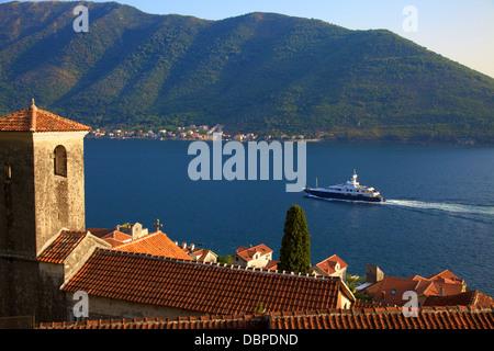 La bahía de Kotor, Sitio del Patrimonio Mundial de la UNESCO, visto desde Perast, Montenegro, Europa