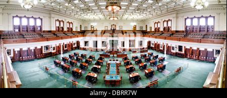 AUSTIN, Texas - Panorama del interior de la cámara del Senado, en el capitolio estatal de Texas en Austin, Texas. El Senado de Texas se compone de 31 senadores, cada uno con su propio escritorio en la cámara. El suelo está recubierto con una moqueta verde inconfundible que hace que sea distinta de la Cámara de Representantes.