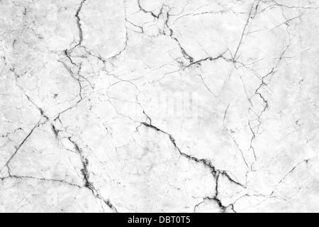 Grietas en la pared de azulejo de mármol.