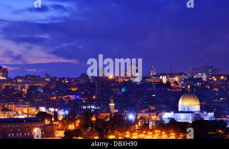 El horizonte de la Ciudad Vieja y el Monte del Templo en Jerusalén, Israel.