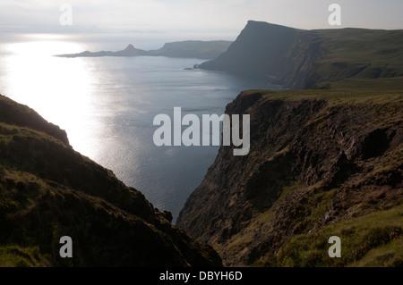 Punto Neiss y cabeza de Waterstein Ramasaig acantilado. Costa Duirinish, Isla de Skye, Escocia, Reino Unido