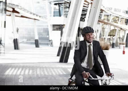 Empresario adulto medio caballo Bicicleta en ciudad