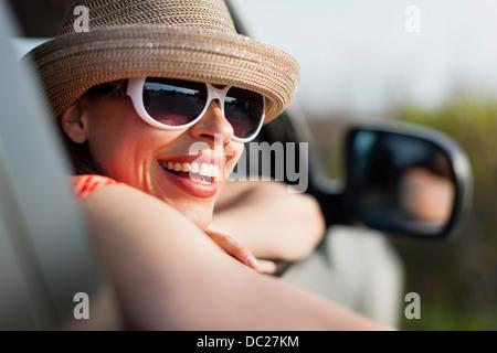 Mujer madura con gafas de sol y sombrero
