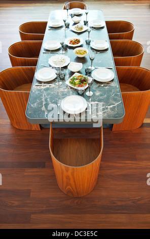 Placesettings y alimentos en tabla de lujo