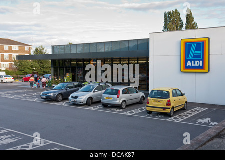 Vista exterior del descuento, supermercados Aldi, Reading, Berkshire, Inglaterra, GB, REINO UNIDO Foto de stock