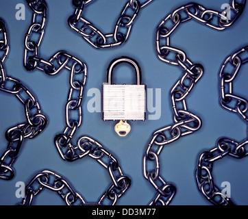 Un candado y llave de metal con cadena de metal sobre un fondo azul.