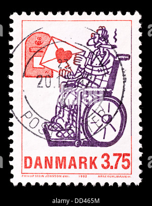Sello de Dinamarca que retrata a un hombre en una silla de ruedas.