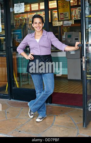 Hispanic camarera sonriente en restaurante