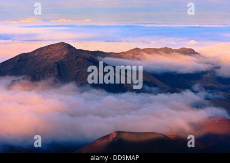 Puesta de sol por encima de las nubes a más de 3000 metros en el volcán Haleakala, Maui, Hawai Foto de stock