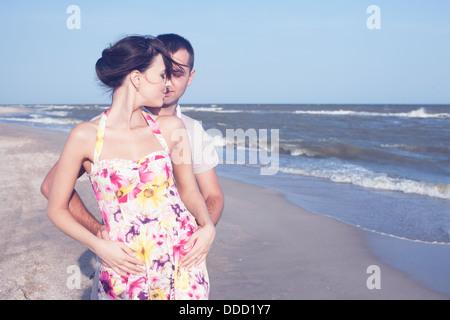 Apasionado pareja heterosexual en la orilla del mar. Al aire libre Foto de stock
