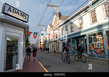 Escena tranquila en calle comercial en Provincetown, MA en una soleada tarde de verano en junio. Foto de stock