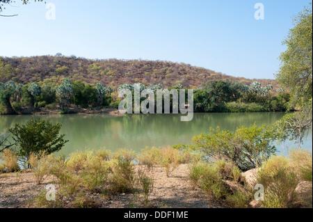 El río Kunene en Namibia es el río fronterizo con Angola.