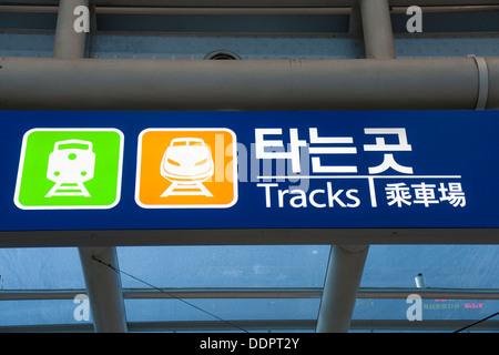 Las pistas de la estación de Seúl signo en inglés y hangul Foto de stock