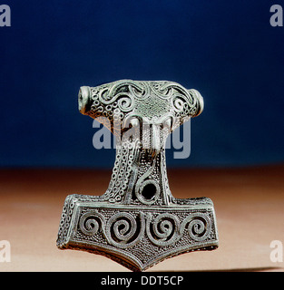 Viking plata amuleto en forma de martillo de Thor Mjollnir, Uppland, Suecia, siglo 10. Artista: Werner forman