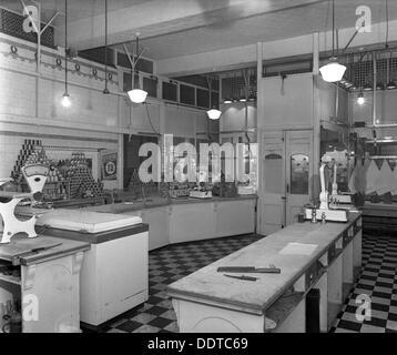 Interior del Departamento de carnicería, Barnsley Co-op, South Yorkshire, 1956. Artista: Michael Walters Foto de stock