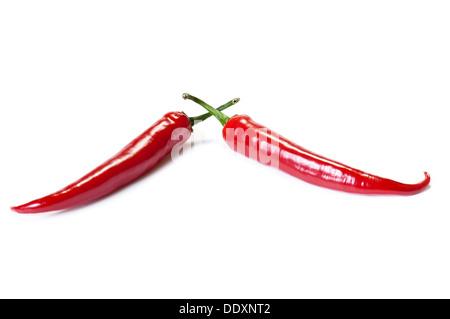 Pimientos chili rojo aislado en el blanco