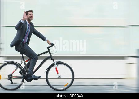 Empresario montando bicicleta