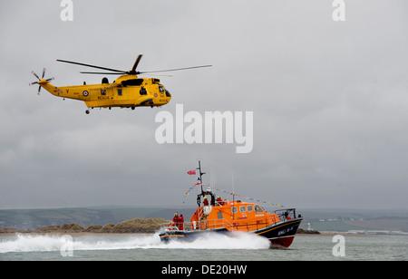 Los salvavidas RNLI Tamar clase Mollie Hunt en acción off Appledore en el norte de la costa de Devon