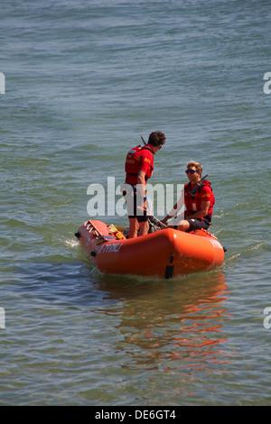 Los socorristas de RNLI patrullan en bote auxiliar en Bournemouth, Dorset UK en agosto