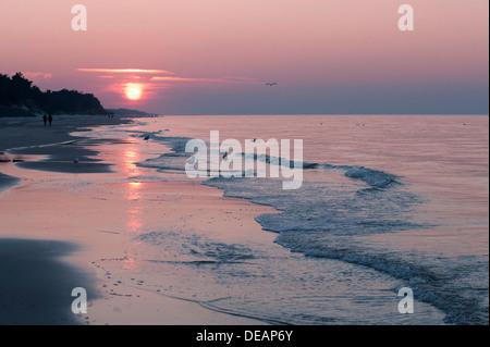 Puesta de sol en la costa del Báltico, cerca de Rozewie, playa de arena, Pomerania, Polonia, Europa