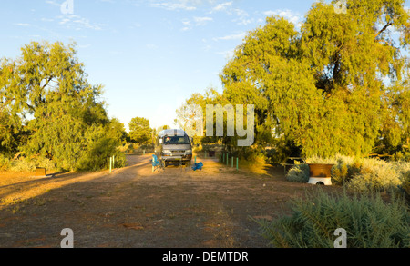 Bush acampando en el campamento principal en un Toyota Hiace autocaravana , Mungo National Park, New South Wales, Australia