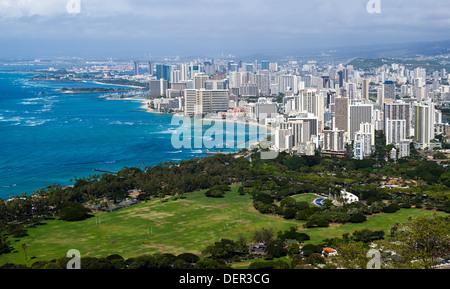 Waikiki, Honolulu en Oahu, Hawaii desde la cumbre del cráter Diamond Head.