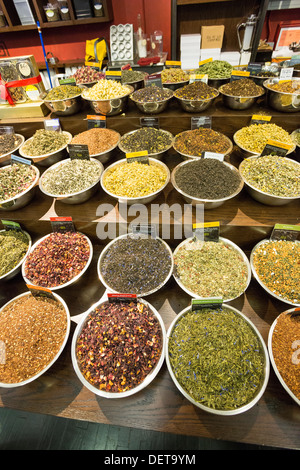 Especias y excitar tienda en el mercado de Chelsea, Nueva York, NY