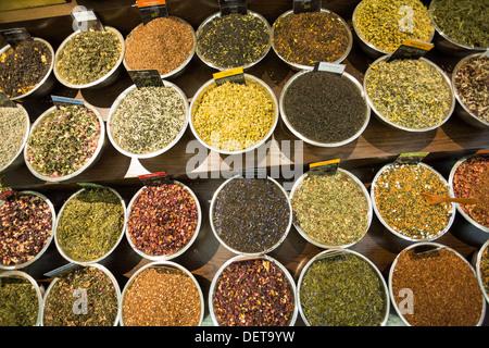 Variedad de especias, hierbas y tés en exhibición en las especias y excitar tienda en el mercado de Chelsea, Nueva York, NY