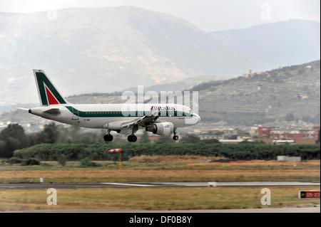 EI-IMC, Alitalia Airbus A319-112 durante el aterrizaje, el aeropuerto de Florencia, Toscana, Italia, Europa