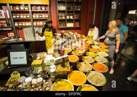 Especias y productos de medición empleado Tease store, el mercado de Chelsea, Nueva York, NY