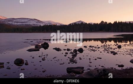Tranquila noche de invierno, Loch Morlich cerca de Aviemore, Glenmore Forest Park, el Parque Nacional de Cairngorms, Scottish Highlands, Escocia, Reino Unido
