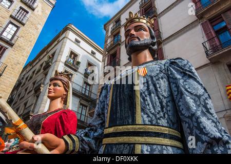 Los Gegants (Gigantes) desfile en la Plaza de San Jaume durante el festival de La Mercè, Barcelona, Cataluña, España