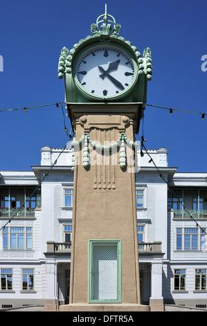 Gran reloj de pie Art Nouveau vienés, construido en 1900 según un diseño por Otto Wagner, en frente del edificio principal