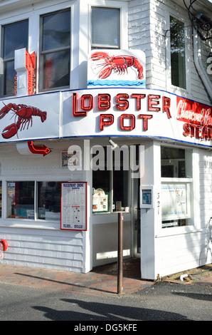Restaurante de mariscos en la pintoresca calle en la ciudad costera de Provincetown, Cape Cod Massachusetts EE.UU. Foto de stock