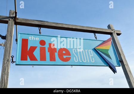 La Tienda Kite signo en la calle comercial de Cape Cod en Provincetown, Massachusetts EE.UU. Foto de stock