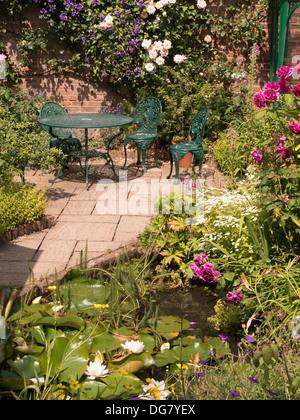 Muebles de jardín patio estanque Foto & Imagen De Stock: 10606162 ...