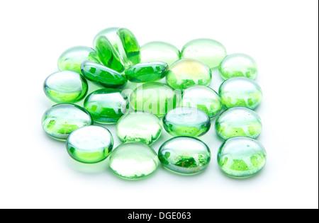 Microesferas de vidrio verde aislado sobre fondo blanco.