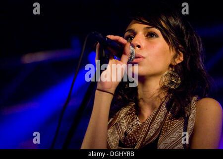La cantante Nicole Zribi aka Djemeia del cantante y compositor suizo duo Jones n' Knascht Djemeia viven en el Club, Lucerna