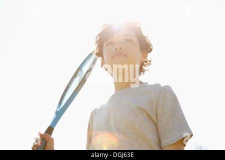 Niño sosteniendo un raqueta de tenis