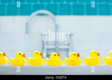 Fila de tres patos de goma para bathtime amarillo