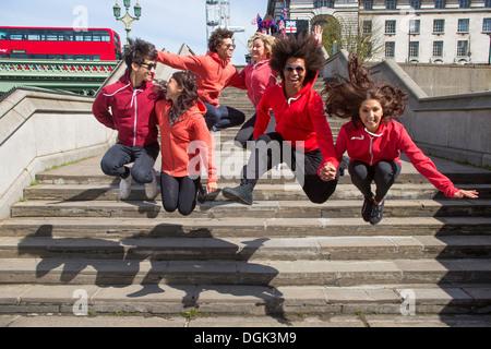 Un pequeño grupo de bailarines el aire a través de los pasos de la ciudad Foto de stock