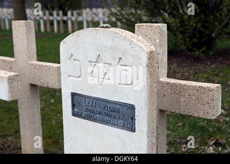 Lápida judía con la placa con el nombre, el cementerio militar, batalla de Verdun, Primera Guerra Mundial, Verdún, Lorraine, Francia, Europa