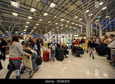 Los pasajeros esperando en la línea en el momento del check-in, el aeropuerto de Stuttgart, Baden-Wurtemberg