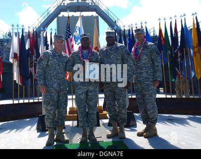 (De izquierda a derecha) el My Gen. Stephen Lyons, comandante general de la 8ª Teatro Logística comando; 1 Sgt. Derick Graham, al sargento primero de la 25ª Compañía de transporte; Comando Sgt. Gral. Nathan Hunt, senior advisor alistados a la octava TSC; un