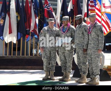 (De izquierda a derecha) el My Gen. Stephen Lyons, comandante general de la 8ª Logística Comando de teatro; el sargento. 1St Class Roberto Orozco, soldado de la 57ª Compañía de la policía militar; Comando Sgt. Gral. Nathan Hunt, senior advisor alistados a la octava TSC;
