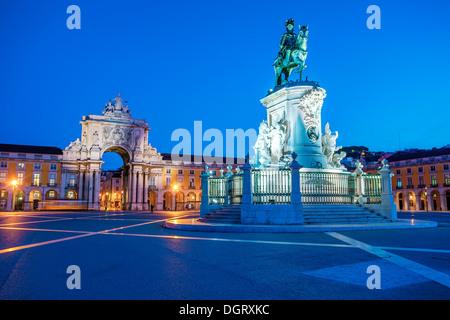 Vista sobre la Plaza del comercio y la estatua del rey Joze I en iluminación de noche, Lisboa, Portugal.